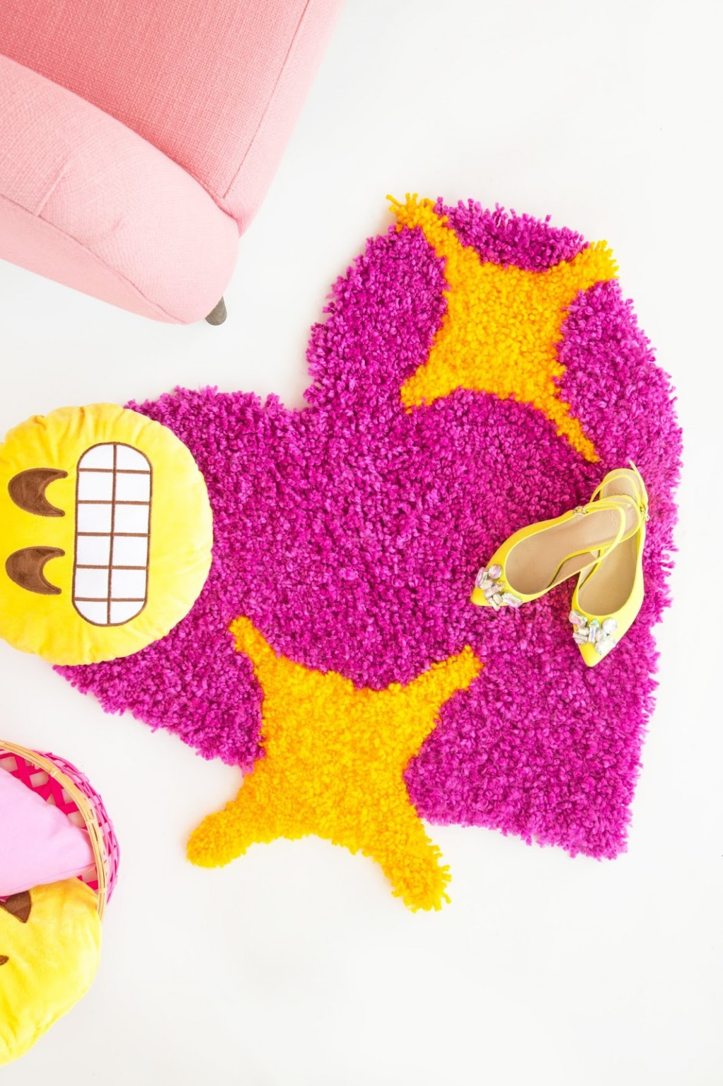 » DIY Emoji Heart Yarn Rug